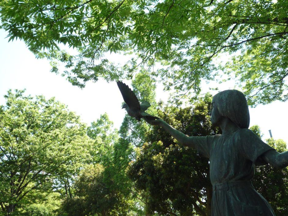 平和公園の少女と鳩の像
